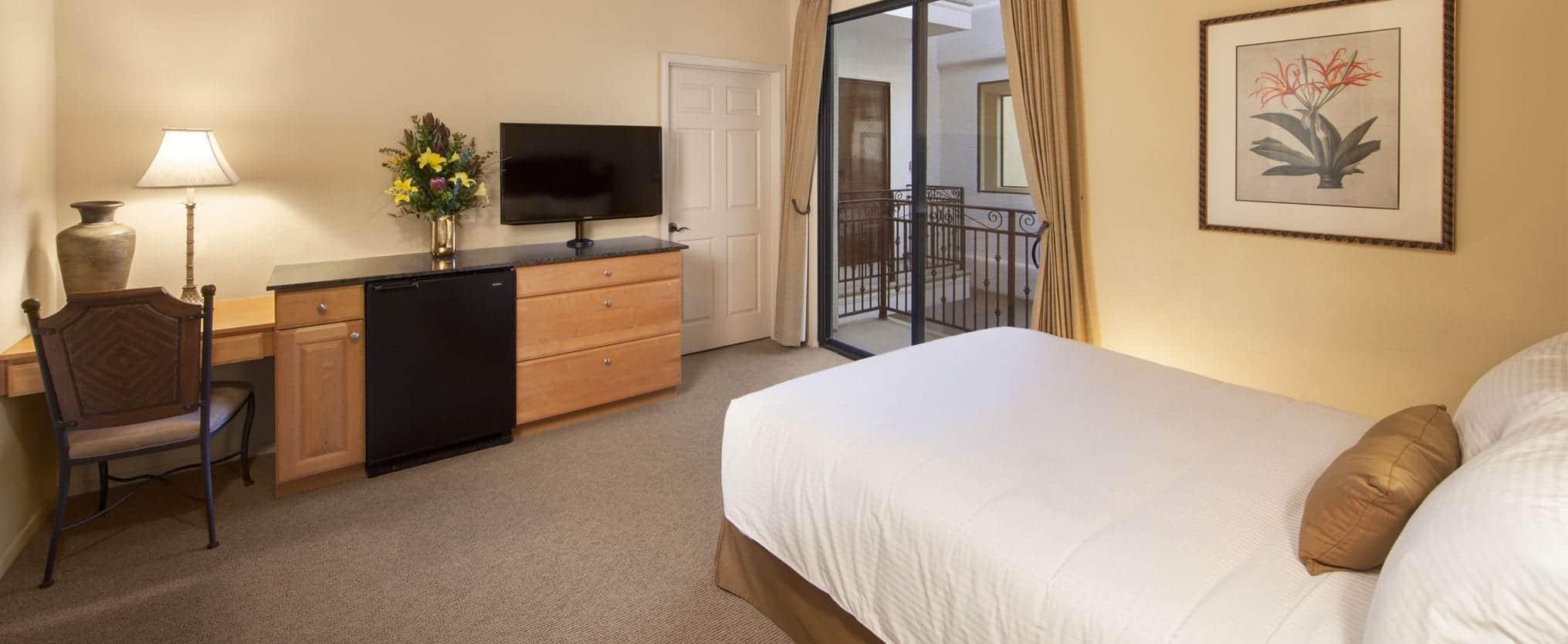 STANDARD GUEST ROOM WITH 1 QUEEN BED